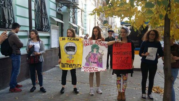 У Харкові пікетують консульство Польщі: протестують проти заборони абортів - фото 1