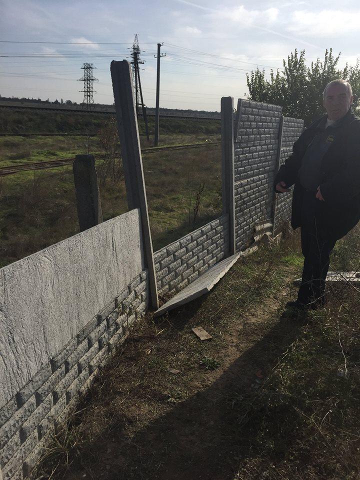 Біля миколаївського пункту безпритульних тварин рухнув новенький паркан