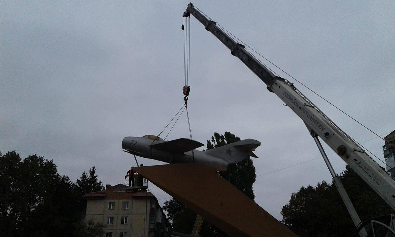 У Вінниці з постаменту зняли літак-пам'ятник - фото 2