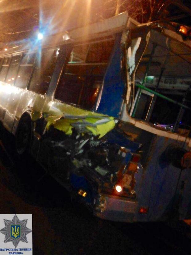 У Харкові сміттєвоз протаранив тролейбус - фото 3