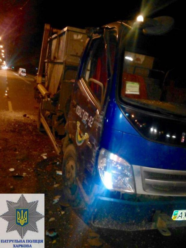 У Харкові сміттєвоз протаранив тролейбус - фото 2
