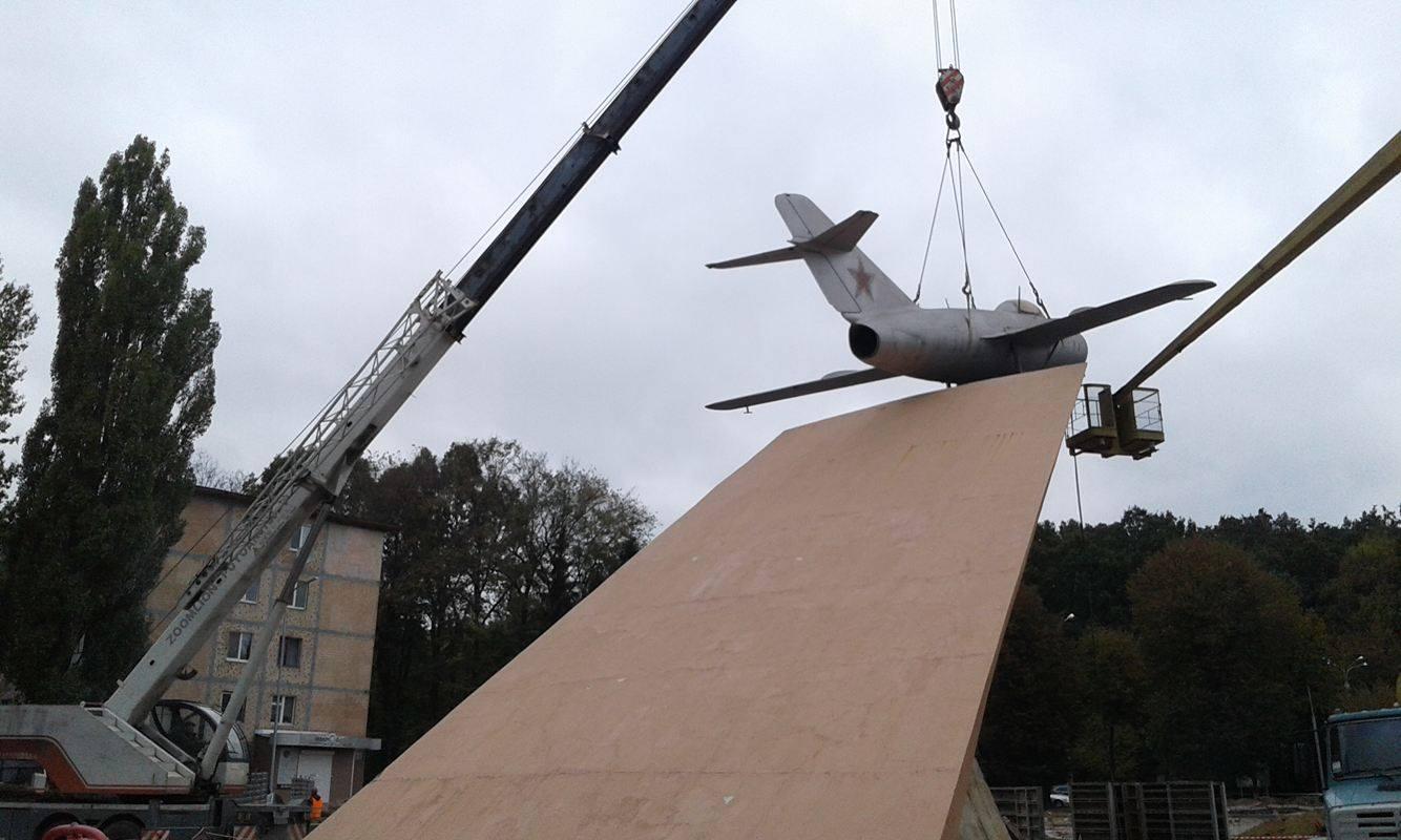 У Вінниці з постаменту зняли літак-пам'ятник - фото 5