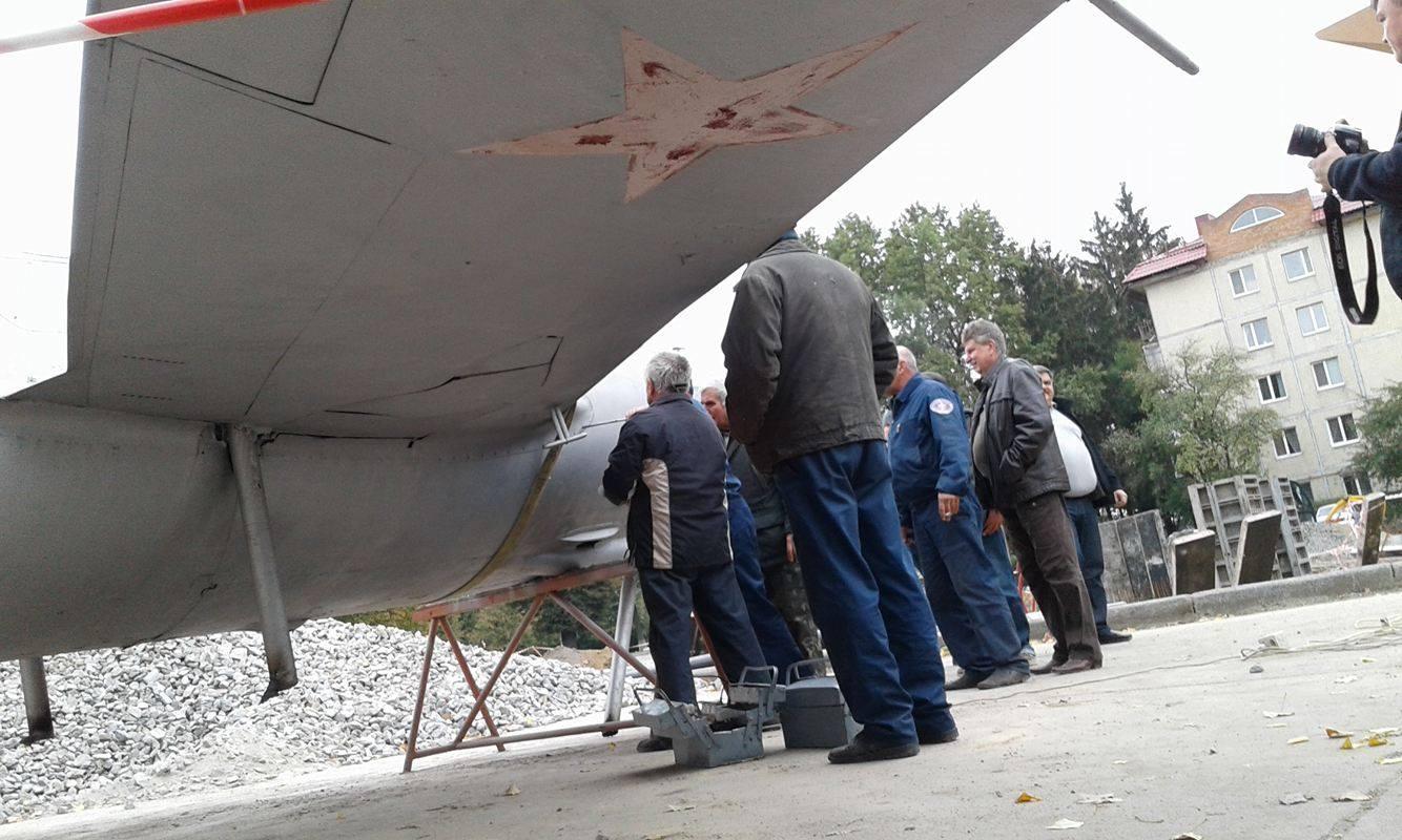 У Вінниці з постаменту зняли літак-пам'ятник - фото 6