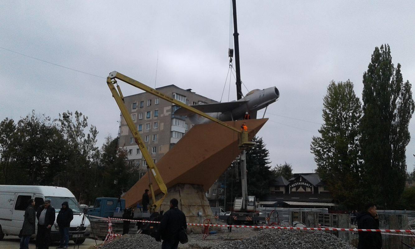 У Вінниці з постаменту зняли літак-пам'ятник - фото 7