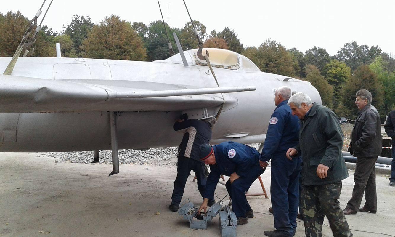 У Вінниці з постаменту зняли літак-пам'ятник - фото 9