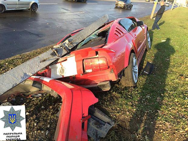 У Харкові автомобіль повалив залізобетонний стовп - фото 2