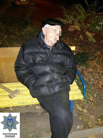 """На Салтівці затримали чоловіка, який кувалдою """"корчував"""" паркан у дворі будинку - фото 1"""