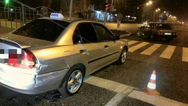 """У центрі Харкова п'яний водій """"Жигулів"""" протаранив автомобіль таксі (ФОТО) - фото 2"""