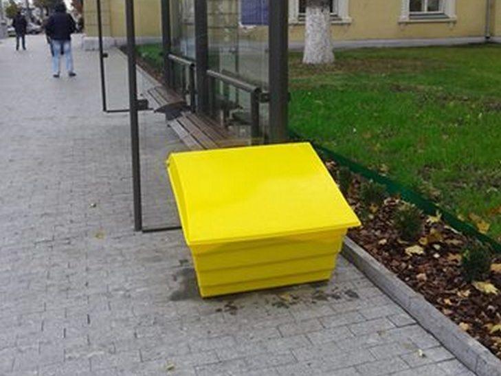 У центрі Вінниці з'явилися ящики з протиожеледною сіллю  - фото 1