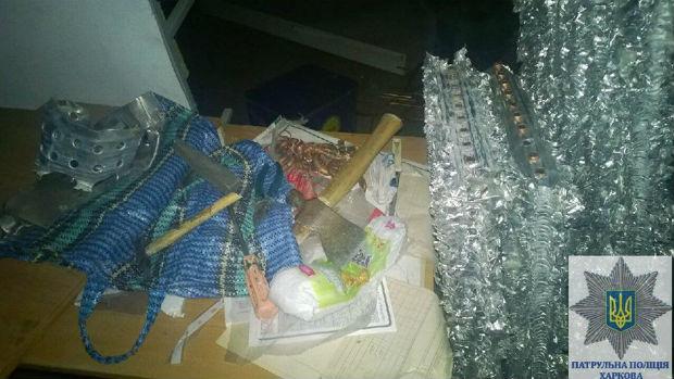 У Харкові затримали молодика, який із сокирою пограбував склад холодильників - фото 3