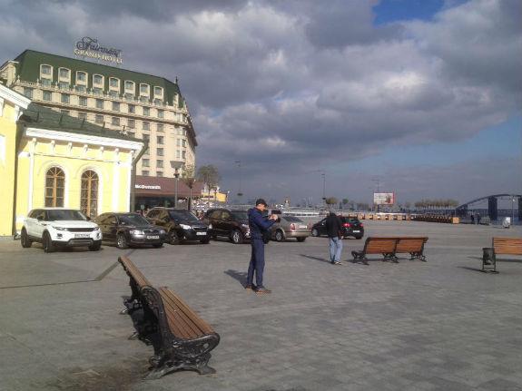 Столична Поштова площа перетворюється на парковку  - фото 1
