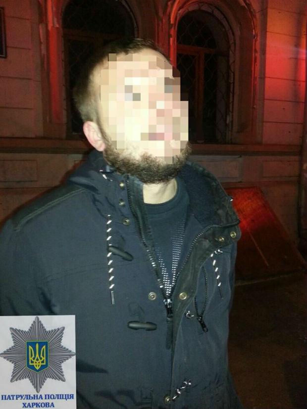 У центрі Харкова чоловік з ножем кидався на машини (ФОТО) - фото 2