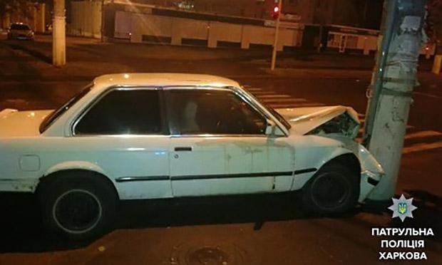 У Харкові автомобіль в'їхав у стовп - фото 2