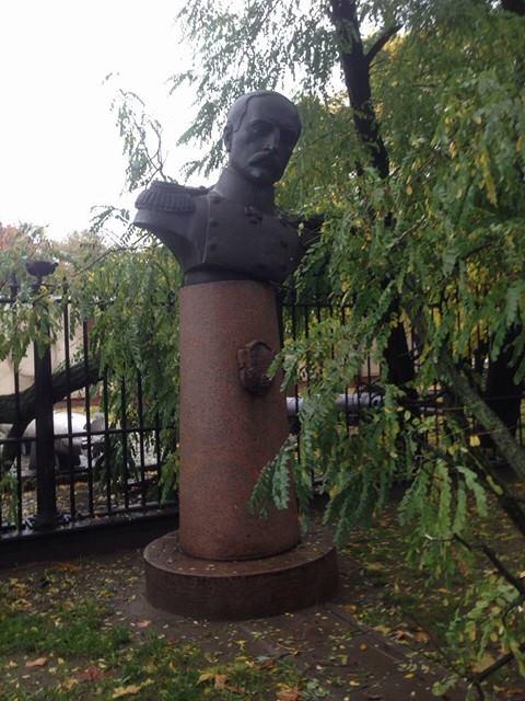 У Миколаєві сухе дерево ледь не завалило погруддя адмірала Корнілова - фото 1