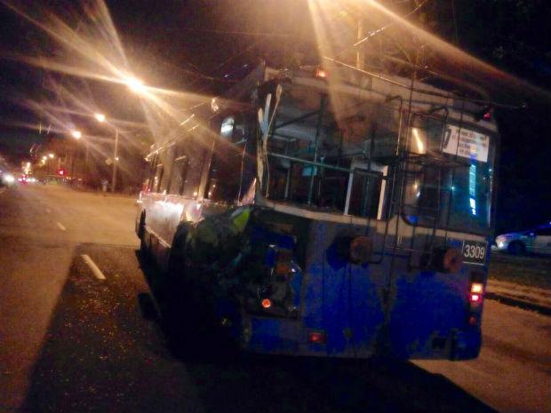 У Харкові сміттєвоз протаранив тролейбус - фото 1