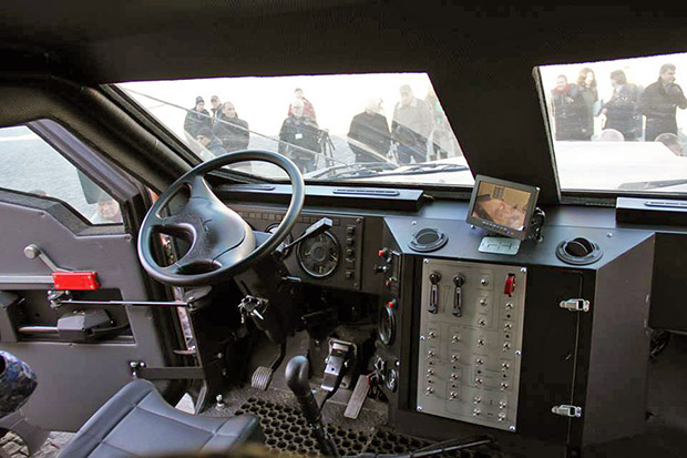 """У Харкові поліція отримала бронеавтомобіль """"Варта"""" - фото 1"""