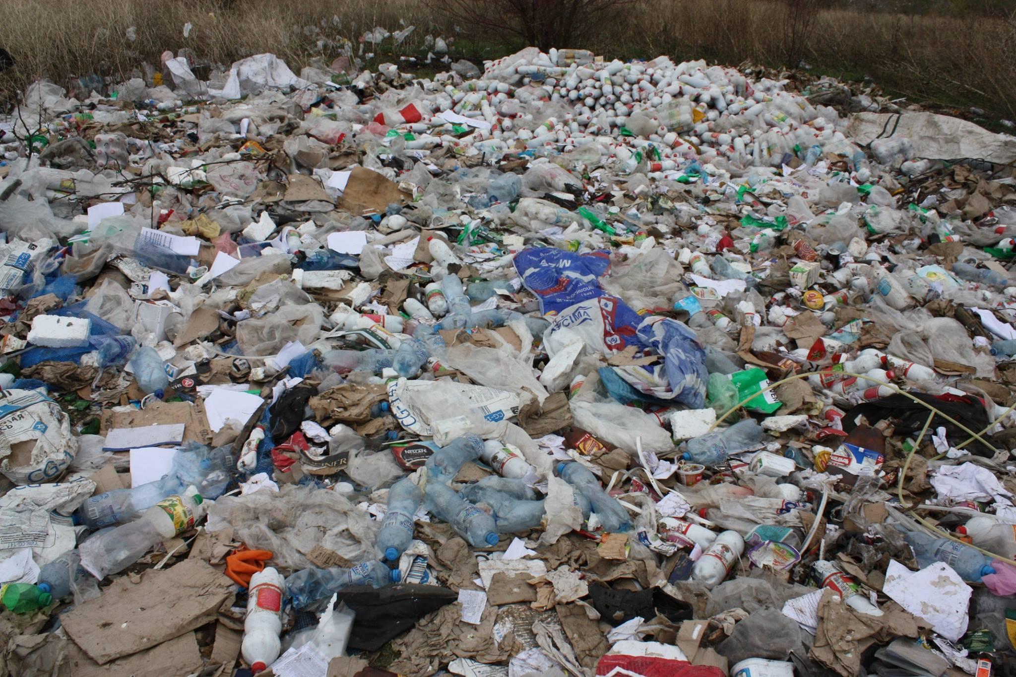 Миколаївський великий постачальник вивалив тонни сміття на околиці міста