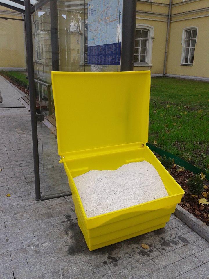 У центрі Вінниці з'явилися ящики з протиожеледною сіллю  - фото 2