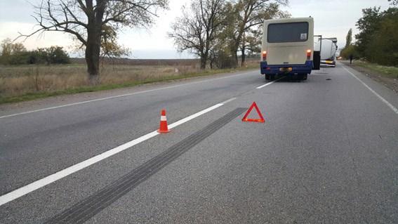 На шляху до Миколаєва маршрутка із людьми врізалася у вантажівку