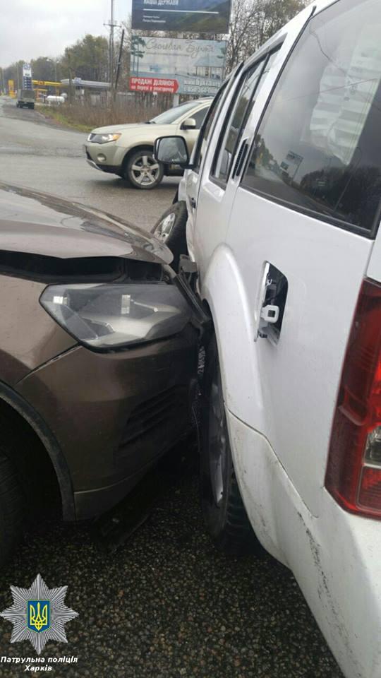 У Харкові легковик врізався в позашляховик ОБСЄ - фото 5
