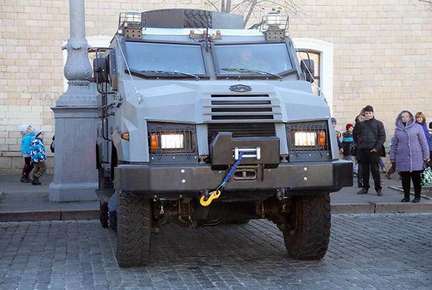 """У Харкові поліція отримала бронеавтомобіль """"Варта"""" - фото 3"""