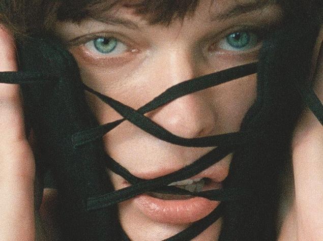 Українка Мила Йовович знялася в дивній фотосесії - фото 1