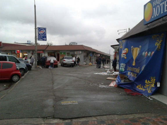 ВКиеве около метро «Позняки» ночью повредили десятки МАФов