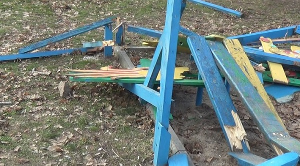 """У центральному парку Нікополя """"розбомбили"""" дитячий майданчик - фото 1"""