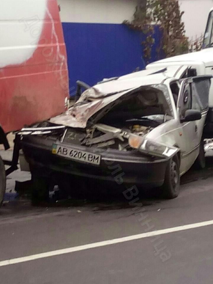 У Вінниці зіткнулися чотири автомобілі: є троє потерпілих - фото 3