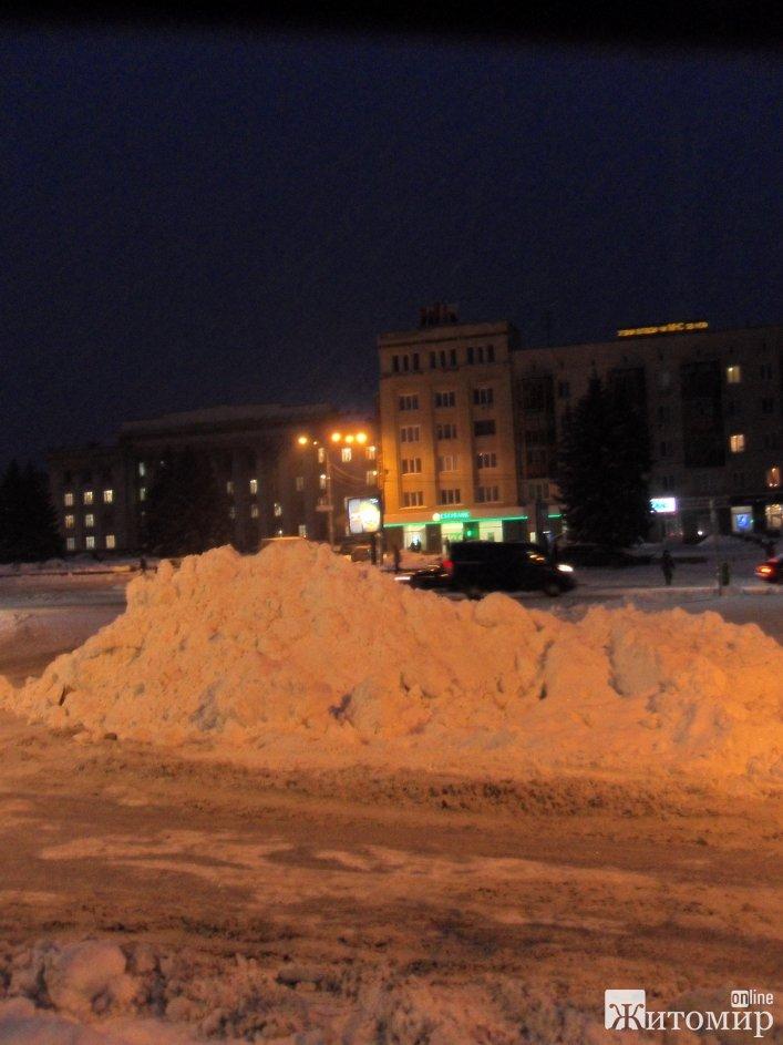 """Прибирання по-житомирськи: На кучугуру снігу посеред центрального майдану міста у комунальників """"не піднялася рука"""" - фото 1"""
