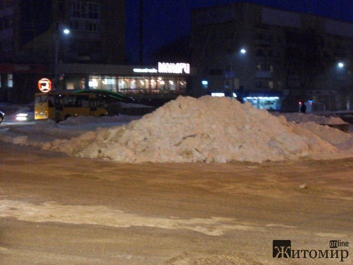 """Прибирання по-житомирськи: На кучугуру снігу посеред центрального майдану міста у комунальників """"не піднялася рука"""" - фото 2"""