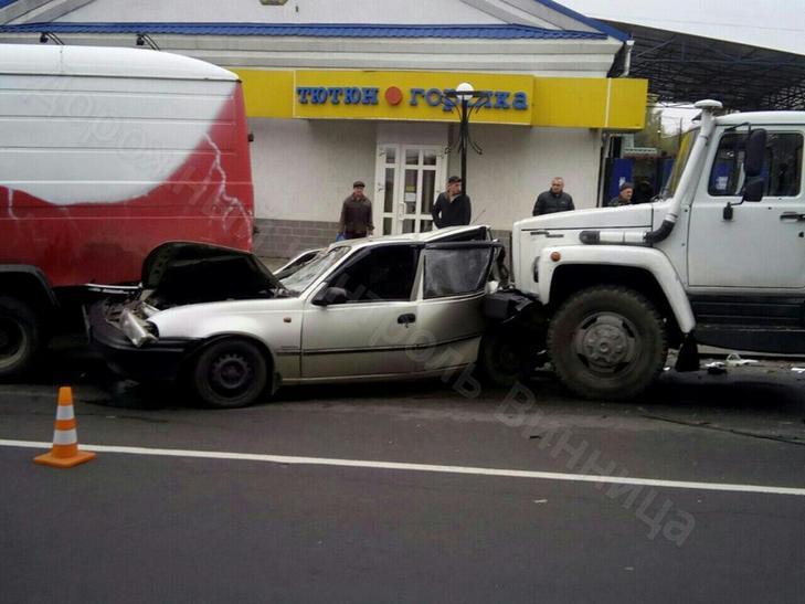У Вінниці зіткнулися чотири автомобілі: є троє потерпілих - фото 2