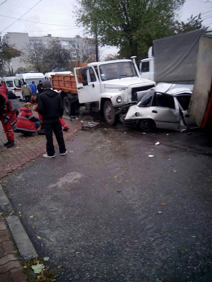 У Вінниці зіткнулися чотири автомобілі: є троє потерпілих - фото 1
