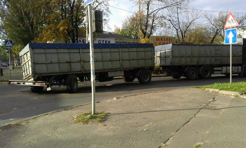 У центрі Миколаєва застрягла поламана фура