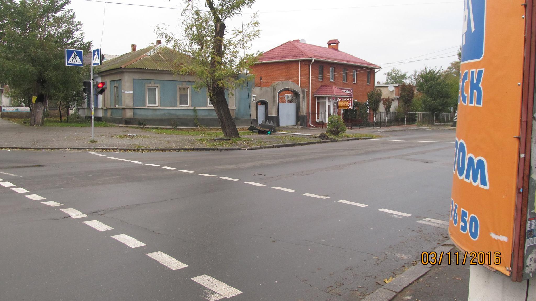 Не здається: У Миколаєві працює завалений світлофор