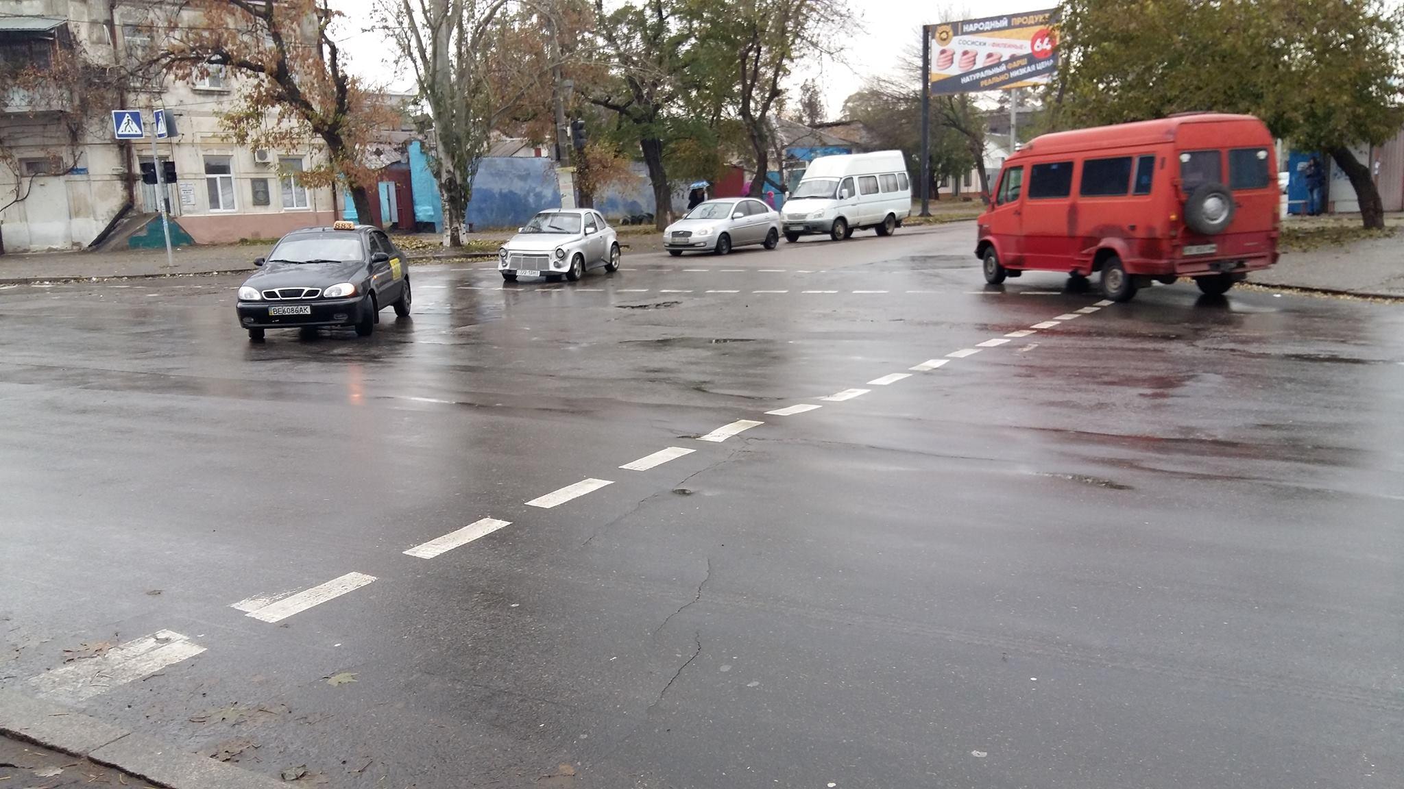 """Світлофор, що """"приліг відпочити"""" у Миколаєві, прибрали"""