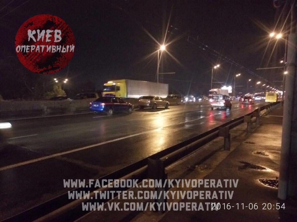 У Києві батько із маленьким сином на спір перебігали дорогу: один загинув (ФОТО) - фото 4