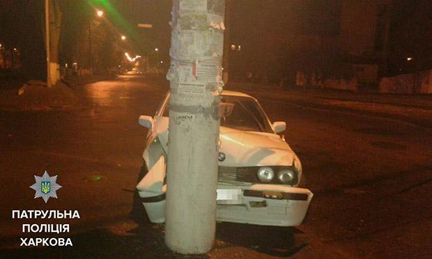 У Харкові автомобіль в'їхав у стовп - фото 1