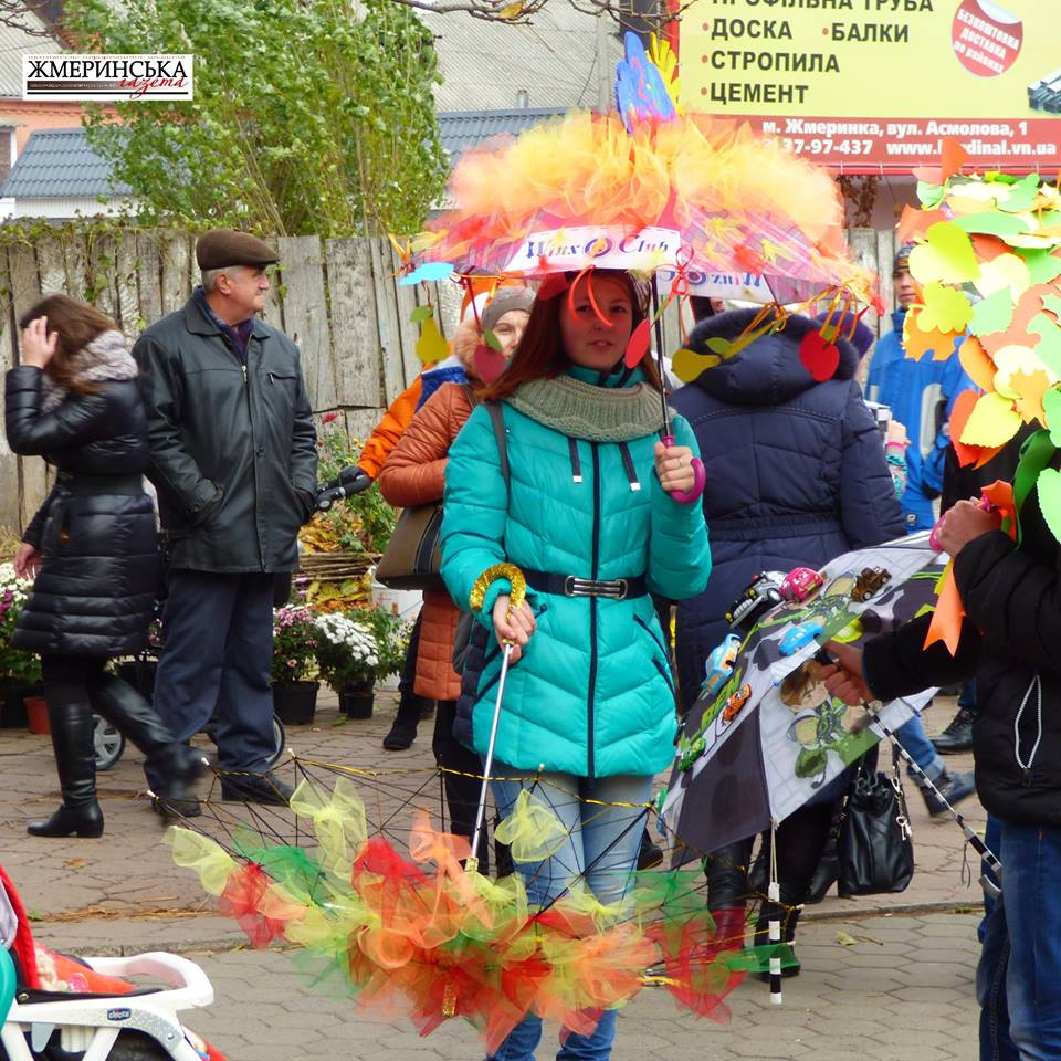 На жмеринському вокзалі фестивалили під саморобними парасольками і шукали 13-й стілець - фото 3