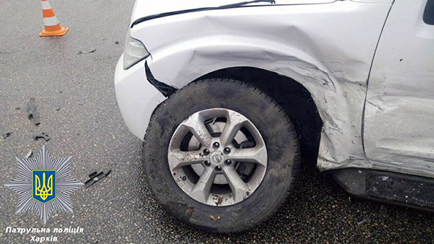 У Харкові легковик врізався в позашляховик ОБСЄ - фото 4