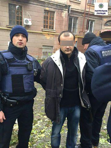У Миколаєві патрульні врятували самогубця, який погрожував підірвати дім