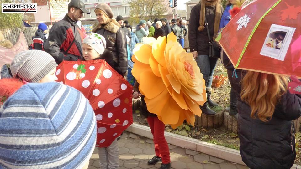 На жмеринському вокзалі фестивалили під саморобними парасольками і шукали 13-й стілець - фото 5