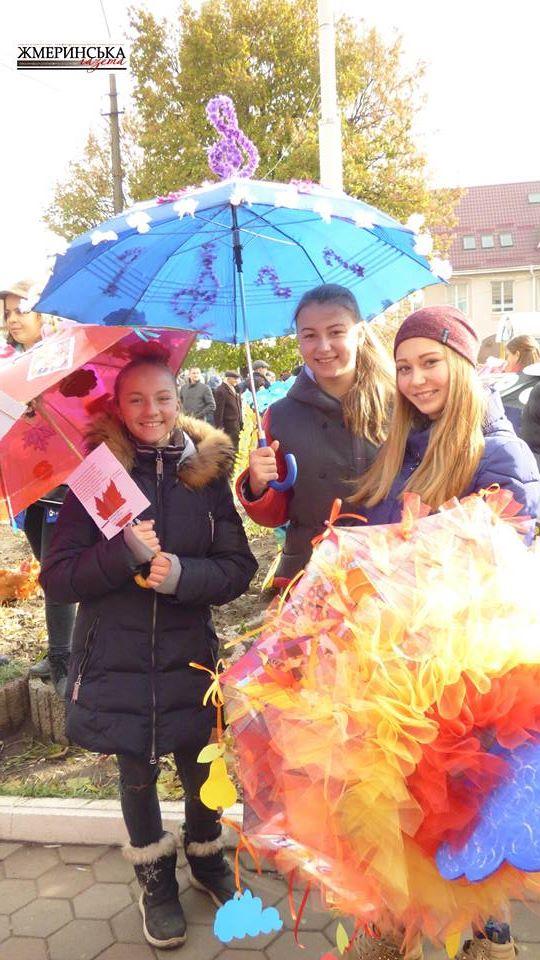 На жмеринському вокзалі фестивалили під саморобними парасольками і шукали 13-й стілець - фото 6