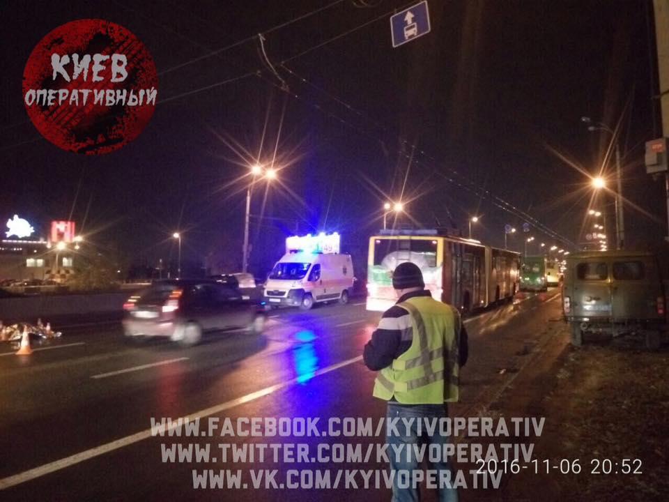 У Києві батько із маленьким сином на спір перебігали дорогу: один загинув (ФОТО) - фото 2