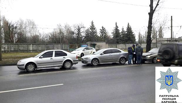"""У Харкові """"наздогнали"""" один одного три автомобілі - фото 2"""