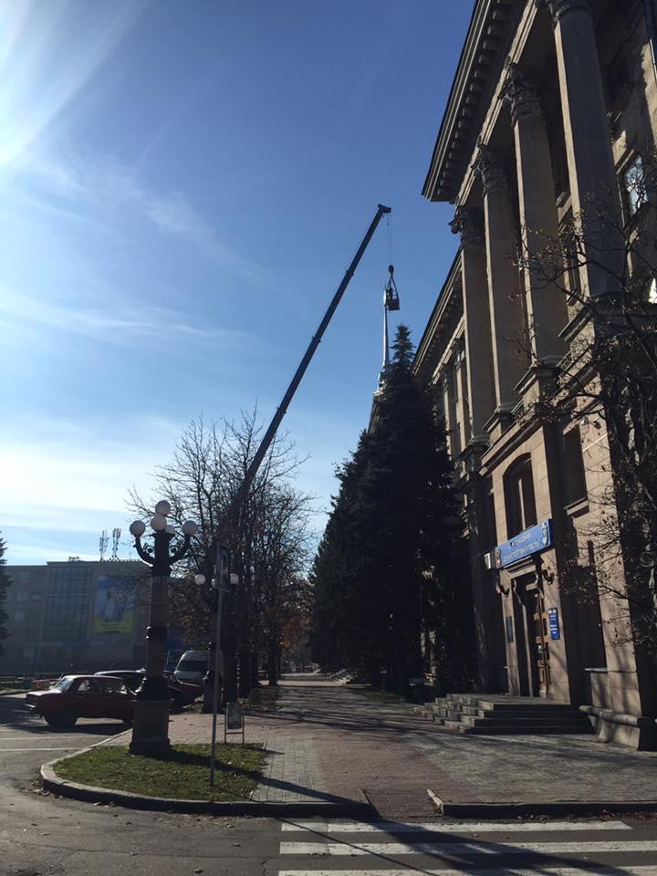 На будівлі Миколаївської міськради замінили радянську зірку на тризуб