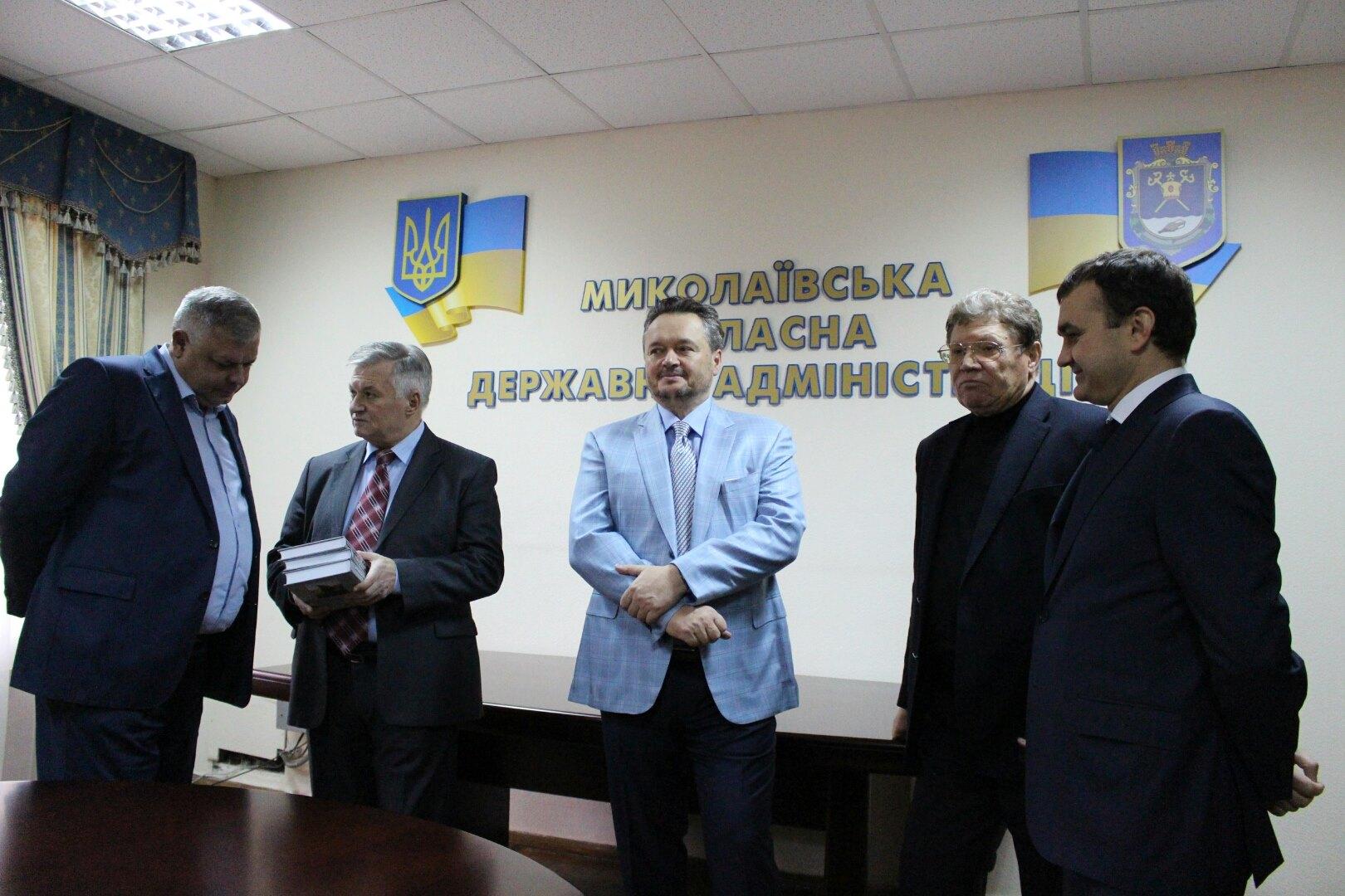 Колишні голови Миколаївської ОДА обінялися подарунком з Савченком