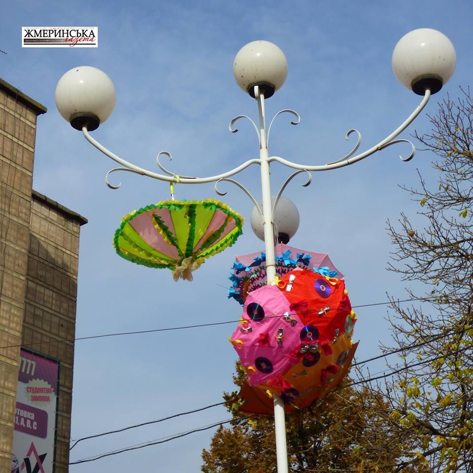 На жмеринському вокзалі фестивалили під саморобними парасольками і шукали 13-й стілець - фото 14