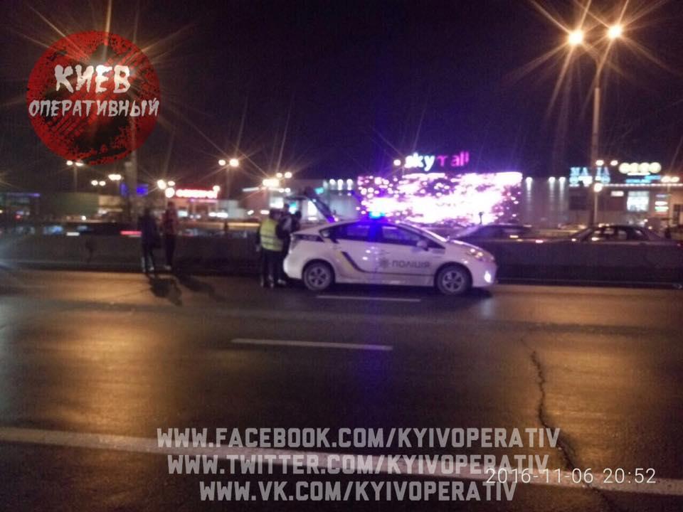 У Києві батько із маленьким сином на спір перебігали дорогу: один загинув (ФОТО) - фото 1