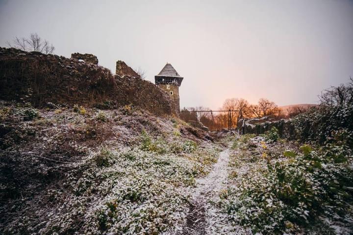 Як містично виглядає Невицький замок з супермісяцем і першим снігом - фото 4